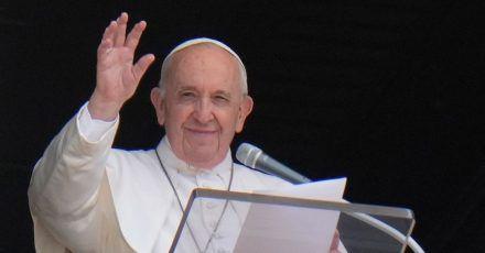 Papst Franziskus erholt sich weiter.