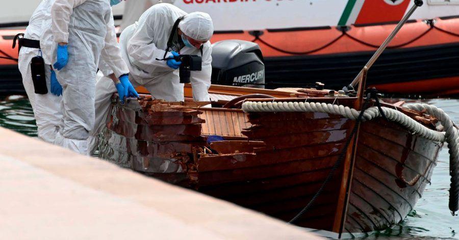 Italienische Forensiker begutachten den Schaden an einem Boot in Salo.