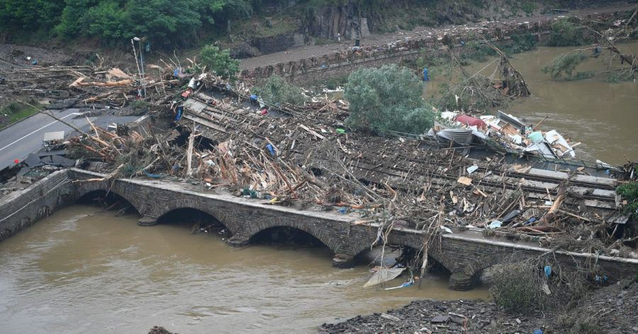 Eine Brücke nach Altenahr ist durch Schutt und eine Eisenbahnbrücke versperrt.