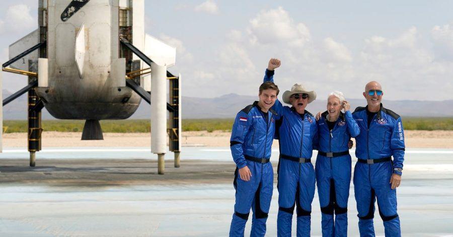 Oliver Daemen (l-r) aus den Niederlanden, Jeff Bezos, Gründer von Amazon und des Weltraumtourismus-Unternehmens Blue Origin, Wally Funk, ehemalige US-Pilotin, und Mark Bezos, Bruder von Jeff Bezos, stehen nach der Landung für ein Foto zusammen.