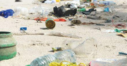 Plastikmüll am Strand von Ko Sichang inThailand: Reisende können aktiv dazu beitragen, das Müllproblem nicht noch größer zu machen.