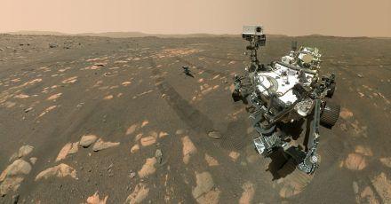 Der Rover «Perseverance»bereitet sich auf die Entnahme einer Probe von Mars-Gestein vor.