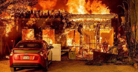 Das Sugar Fire zerstört ein Haus in dem Ort Doyle im US-Bundesstaat Kalifornien. Die Menschen im Westen der USAmüssen sich auch zu Wochenbeginn auf extreme Hitze und Waldbrände einstellen.