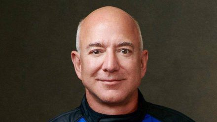 Amazon-Gründer Jeff Bezos in seiner Weltraum-Montur (rto/spot)