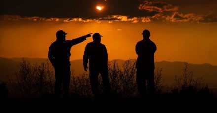 Drei Feuerwehrmänner bei der Überwachung des Lava Feuers in Kalifornien.