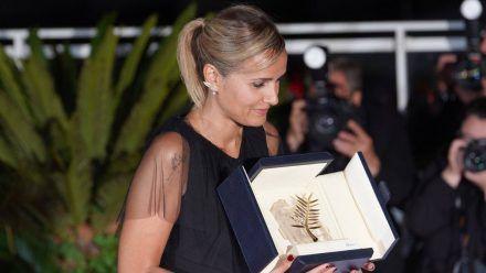 Julia Ducournau mit ihrer Goldenen Palme nach dem Triumph in Cannes. (dr/spot)