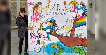 Udo Lindenberg mit seinem Bild, das zu Gunsten der Hochwasseropfer versteigert wurde.