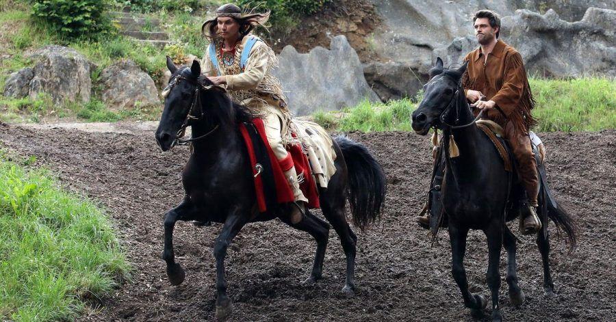 Die Schauspieler Jean-Marc Birkholz (Winnetou, l.) und Martin Krah (Old Shatterhand) reiten bei einer Probe zum Stück «Der Ölprinz» auf der Freilichtbühne des Elspe Festivals auf ihren Pferden.