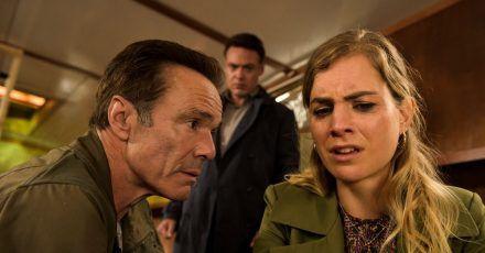 Alex Pollack (Hannes Jaenicke, l) und Bram de Groot (Fedja van Huet) befragen Femke Pieters (Hannah Hoekstra).