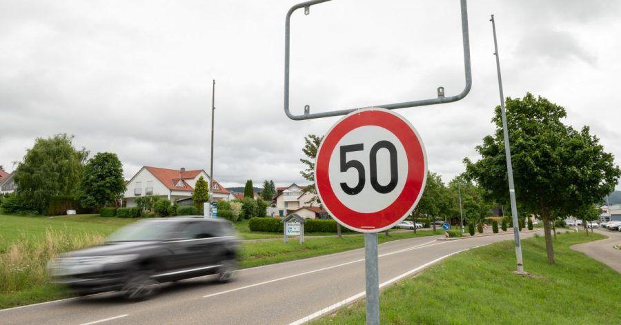 Die leere Ortsschildhalterung am Ortseingang von Gunningen.