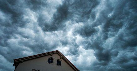 Bei Starkregen kann es zu Überschwemmungen kommen. Läuft das Wasser in den Keller, springen oft Versicherungen ein.