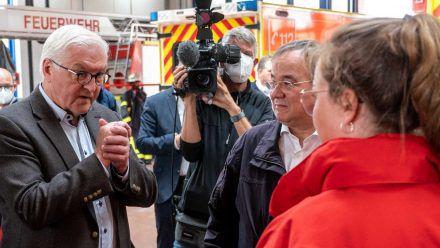 Frank-Walter Steinmeier (l.) und Armin Laschet (M.) im Gespräch mit Rettungskräften. (dr/spot)