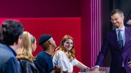 Joko Winterscheidt (ganz rechts) mit seinen Gegnern Bastian Pastewka, Shirin David, Teddy Teclebhran und der Publikumskandidatin Antonia (v.l.n.r.) (dr/spot)