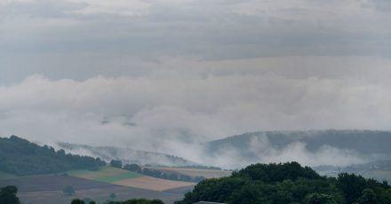 Regenwolken ziehen über die Südeifel im Kreis Trier-Saarburg.