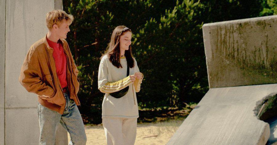 Katja (Emilie Neumeister) und Thorben (Ludwig Simon) treffen sich im Niemandsland zwischen den Mauerresten.