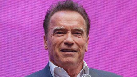 Arnold Schwarzenegger hat sein Talent an der Orgel gezeigt. (jom/spot)