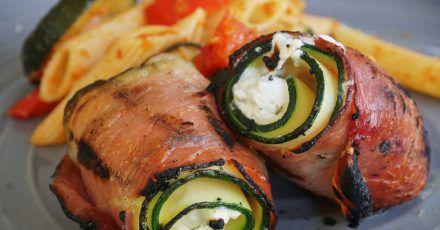 Klein, aber oho: Die Röllchen werden aus drei Zutaten - Zucchinischeiben, Serranoschinken und Ziegenfrischkäse - gewickelt und mit einem Zahnstocher fixiert. Nur noch goldbraun grillen - fertig.