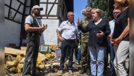 Angela Merkel mit Malu Dreyer (r.) in der Gemeinde Schuld. (jom/spot)