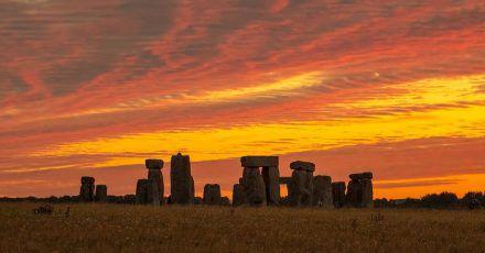 Sonnenaufgang über Stonehenge.