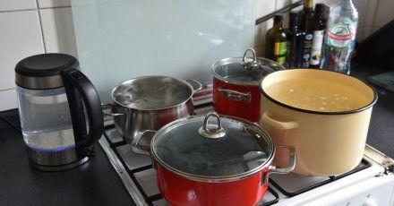 Wenn im Sommer für mehrere Tage das warme Wasser abgestellt ist, helfen sich viele Russen mit dem Kochen von Wasser, um etwa ein Bad zu nehmen.