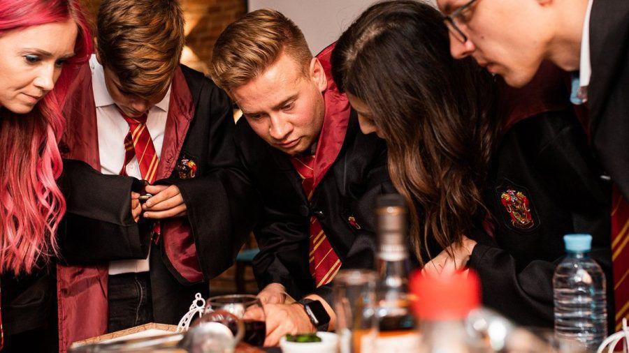Leidenschaftliche Harry-Potter-Fans perfektionieren ihre Party mit ikonischen Gryffindor-Umhängen. (eee/spot)