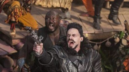 """Pan"": Der Pirat Blackbeard (Hugh Jackman, r.) terrorisiert Nimmerland. (cg/spot)"