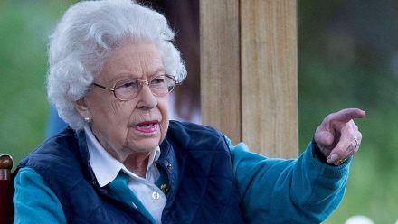 Queen Elizabeth II., hier vor wenigen Wochen, hat sich in den Sommerurlaub verabschiedet. (wue/spot)