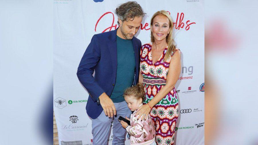 Noch sehr schüchtern zeigte sich die vierjährige Tochter von Caroline Beil und ihrem Mann Philipp-Marcus Sattler auf dem roten Teppich.  (nra/spot)