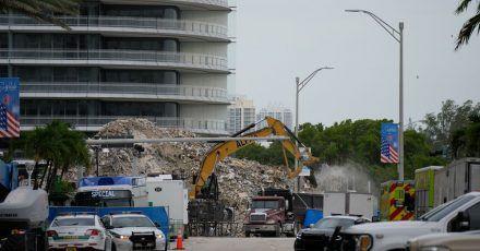 Ein Bagger entfernt Trümmer des eingestürzten Gebäudes imUS-Bundesstaat Florida. Gut einen Monat nach dem Unglück haben Einsatzkräfte die sterblichen Überreste der letzten noch vermissten Person identifiziert.