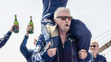 Richard Branson jubelt mit seiner Crew nach dem geglückten Flug ins All. (dr/spot)