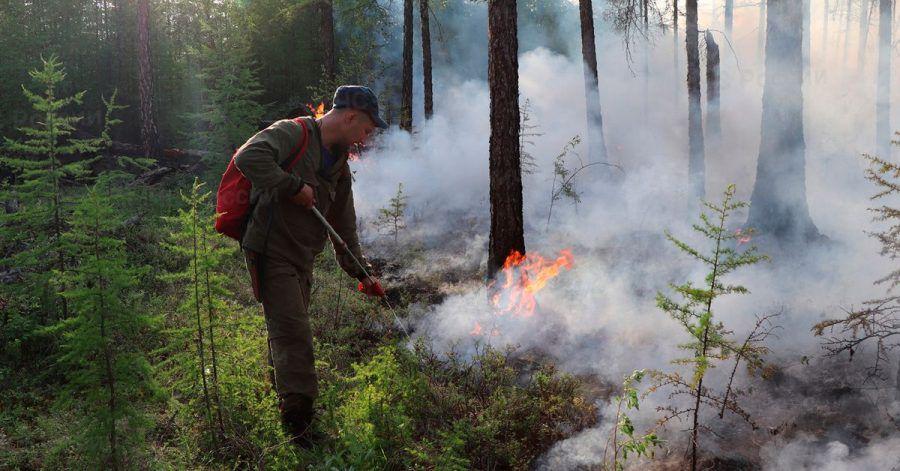 Ein Feuerwehrmann bei Löscharbeiten in der Region Jakutien.