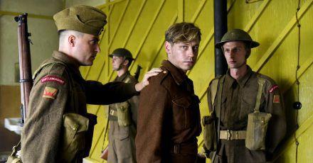 Bert Trautmann (David Kross, m.) ist Kriegsgefangener im Lager Lancashire.
