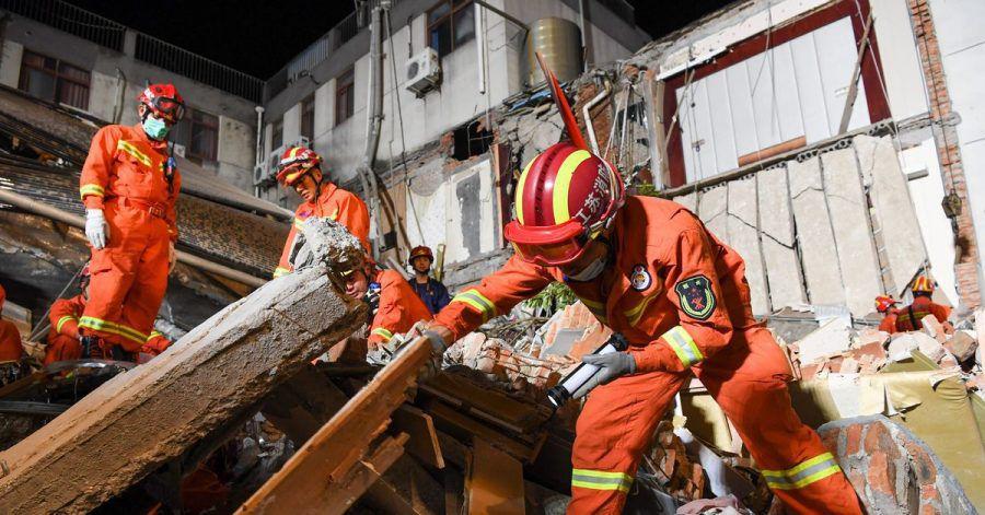 Rettungskräfte an der Unglücksstelle in Suzhou.
