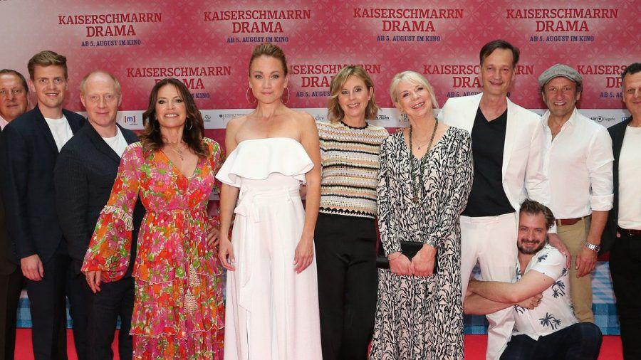 """Das Filmfest München eröffnete mit dem Eberhoferkrimi """"Kaiserschmarrndrama"""". Auf dem roten Teppich waren unter anderem Lisa Maria Potthodd (in weiß), Christine Neubauer (in rot) und Simon Schwarz (l.) (ili/spot)"""