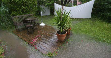 Große Regenmengen wühlen den Gartenboden auf - und anschließend trocknet er zu einer harten Masse.