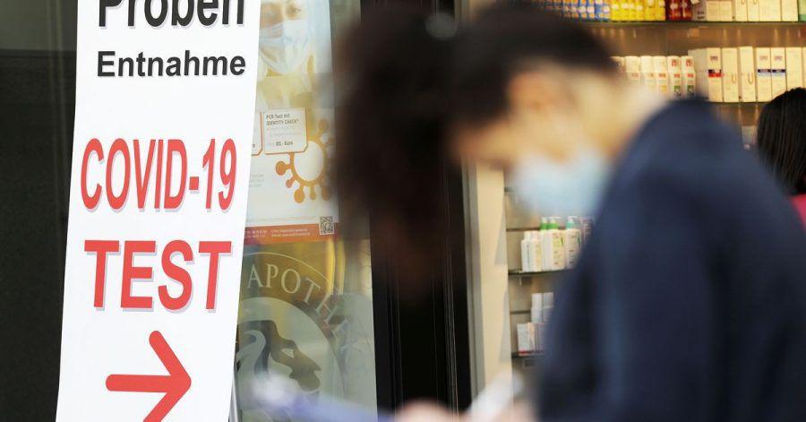 Eine Frau füllt vor einer Apotheke ein Formular für einen Covid-19-Test aus. Das RKImeldet 745 Neuinfektionen sowie eine Sieben-Tage-Inzidenz von 6,0.