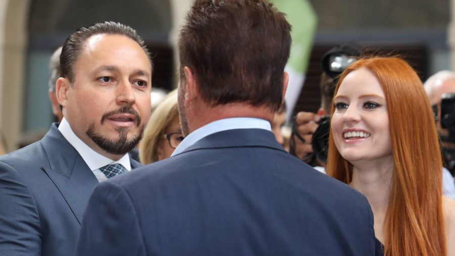 Frau Meier mit Gatten Klemens und Arnold Schwarzenegger.