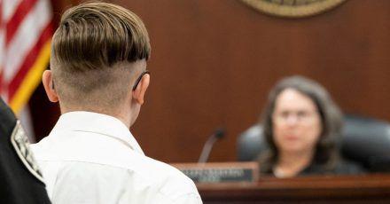 Der Angeklagte (l) steht vor Richterin Ellen McElyea während einer Anhörung vor dem Superior Court of Cherokee County.