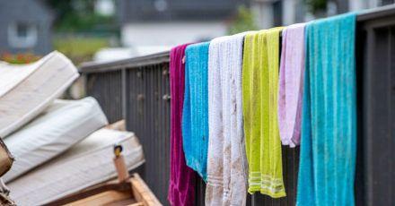 In nassen Textilien aus überschwemmten Häusern kann sich leicht Schimmel bilden.Was tun?