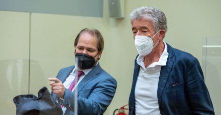 Thomas Pekny (r), Chef der Komödie im Bayerischen Hof, vor Prozessbeginn mit seinem Anwalt Florian Zenger (l) im Landgericht München.