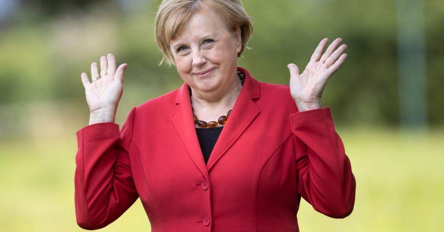 Ursula Wanecki, Kanzlerinnen-Double, hebt ihre Hände. Zum Ende der Merkel-Ära fällt es ihr schwer, die «Raute» wieder aus ihrem Gesten-Repertoire loszuwerden.