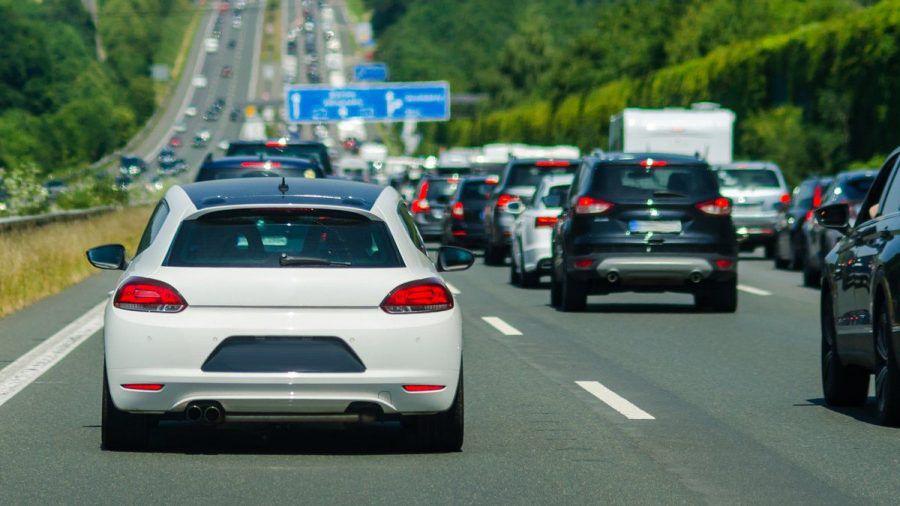 In den Sommerferien fahren viele mit dem Auto in den Urlaub - das ist auf den Straßen bemerkbar.  (amw/spot)