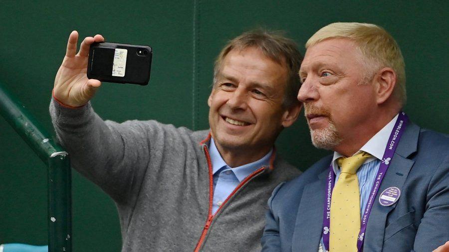 Jürgen Klinsmann (li.) hielt den besonderen Moment mit Boris Becker fest. (jom/spot)
