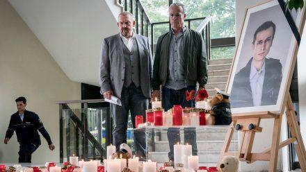"""""""Tatort: Kaputt"""": Freddy Schenk (Dietmar Bär, l.) und Max Ballauf (Klaus J. Behrendt) an dem Ort, an dem Kollegen ihrer Dienststelle an einen getöteten Beamten erinnern. (cg/spot)"""