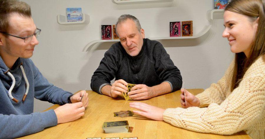 Beim Spiel «Spicy» müssen die Karten in drei Gewürzfarben (Chili, Wasabi und Pfeffer) mit den Werten eins bis zehn aufsteigend verdeckt abgelegt werden. Dabei wird gelogen und geblufft.