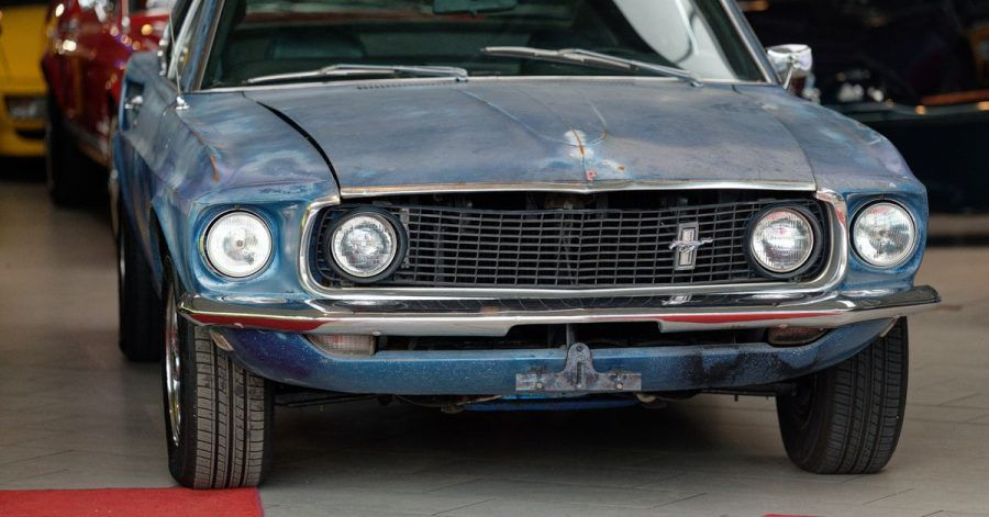 """Ein alter Ford Mustang, der dem Schauspieler Steve McQueen gehört haben soll, steht in der Verkaufshalle des Oldtimerhändlers """"Fantastische Fahrzeuge - Michael Fröhlich""""."""