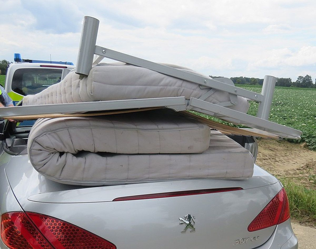 Cabrio-Fahrer mit ungesichertem Bett und 70km/h unterwegs - die Bilder!