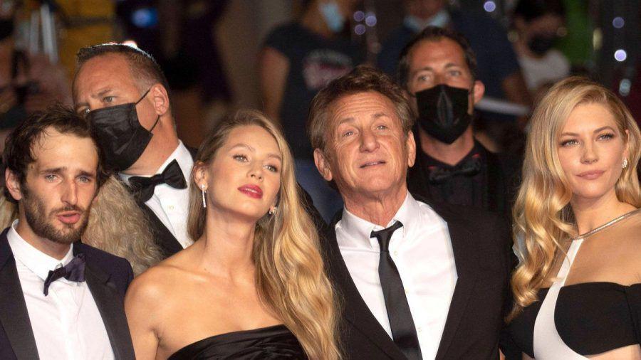 Hopper Jack Penn, Dylan Penn, Sean Penn und Katheryn Winnick in Cannes auf dem roten Teppich. (hub/spot)