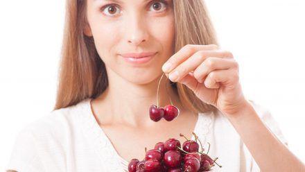 Je länger der Stiel an der Kirsche bleibt, desto länger ist die Frucht haltbar. (amw/eee/spot)