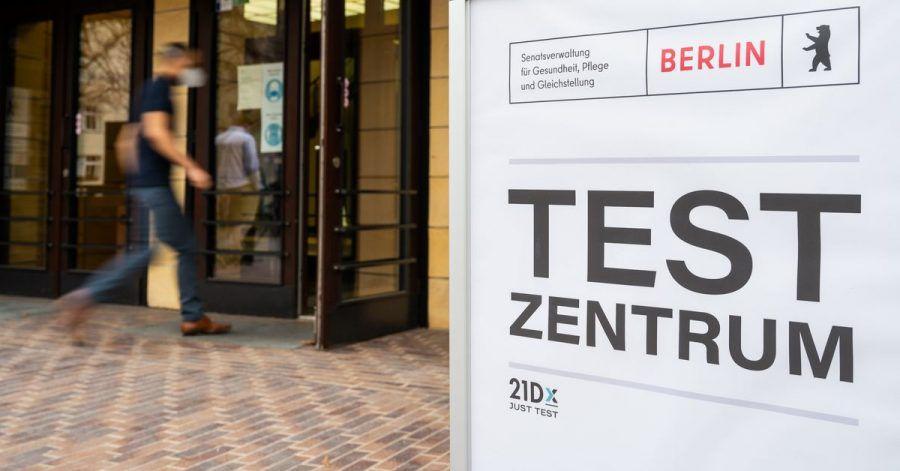 Ein Mann geht in ein Berliner Corona-Testzentrum.